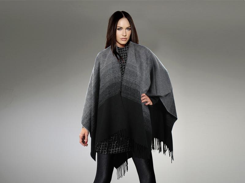 Capa con tonos grises y negros degradados y flecos de E.Ferri