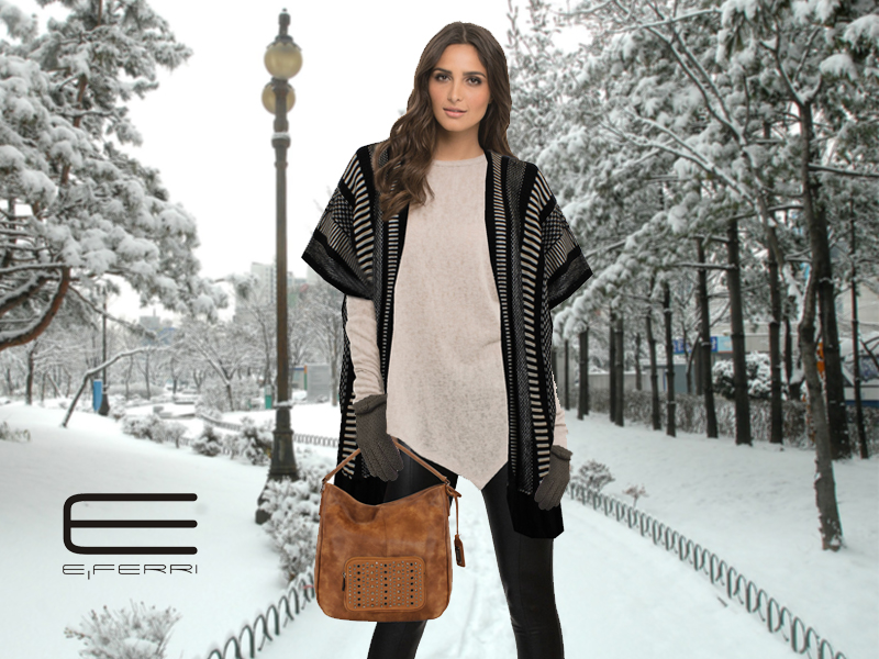 Modelo con capa de E.Ferri, bolso Fashion, guantes y cuello de lana