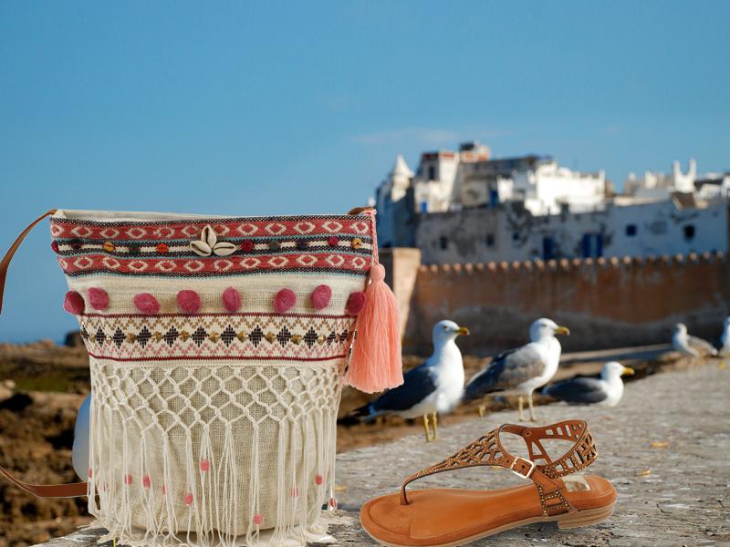Bolso de estilo étnico y sandalias de E.Ferri